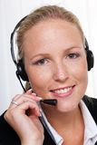 Vriendschappelijke vrouw met een hoofdtelefoon Stock Foto