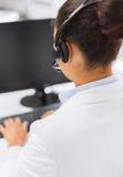 Vriendschappelijke vrouwelijke helpline exploitant met hoofdtelefoons Stock Foto