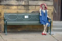 Vriendschappelijke vrouwelijke skeletgolven hello stock afbeelding