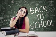 Vriendschappelijke vrouwelijke student in klasse stock foto