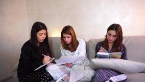 Vriendschappelijke vrouwelijke studenten die het huiswerk samen doen stock video