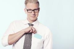 Vriendschappelijke zakenman die lege kaart in zak zetten. Stock Foto