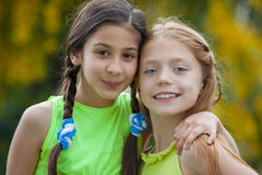 Vriendschaps gelukkige jonge meisjes Royalty-vrije Stock Foto's