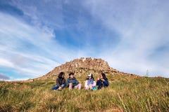 Vriendschapsbeeld van reizigers die van natuurlijk landschap genieten stock foto