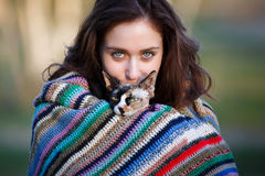 Vriendschapsmeisje met een kat Royalty-vrije Stock Afbeeldingen