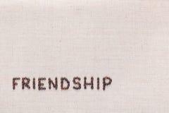 Vriendschapswoord met koffiebonen wordt geschreven, bij de verlaten die bodem worden gericht stock afbeeldingen