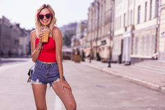 Vrij aantrekkelijke jonge vrouw wat betreft haar been stock afbeelding