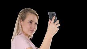Vrij aantrekkelijke mooie leuke dame die selfie, alfakanaal maakt stock videobeelden