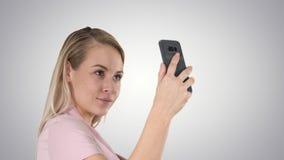 Vrij aantrekkelijke mooie leuke dame die selfie op gradiëntachtergrond maken stock video