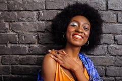 Vrij Afrikaans Amerikaans model in een in overhemd die vrolijk kijken stock afbeeldingen