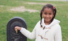 Vrij Afrikaans kind door een fontein Royalty-vrije Stock Afbeeldingen