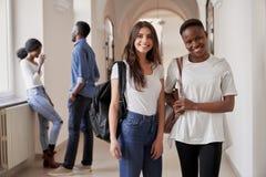 Vrij Afrikaanse en Kaukasische studentenmeisjes stock foto