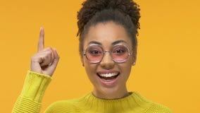 Vrij Afrikaanse vrouw in oogglazen die ideegebaar, creatieve oplossing tonen stock video