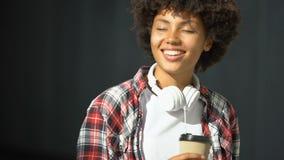Vrij Afro-Amerikaanse vrouwelijke het drinken thee openlucht en het genieten van van prettig weer stock video