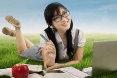 Vrij Aziatisch schoolmeisje die bij gebied bestuderen Stock Afbeelding
