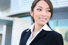 Vrij Aziatische BedrijfsVrouw bij de Bouw van het Bureau royalty-vrije stock afbeeldingen