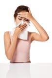 Vrij Aziatische meisje Gevangen Koude Het niezen in Weefsel Stock Foto