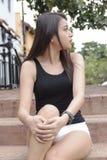Vrij Aziatische meisjeszitting in een park Stock Afbeelding