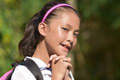 Vrij Aziatische Studente Praying With Notebooks stock foto's