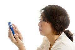 Vrij Aziatische vrouw die een slimme telefoon met behulp van Royalty-vrije Stock Foto