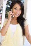 Vrij Aziatische Vrouw thuis op Telefoon royalty-vrije stock afbeeldingen