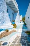 Vrij blauwe straat in Plaka, Milos Stock Fotografie
