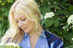 Vrij blond in het stadspark in de lente Royalty-vrije Stock Afbeeldingen