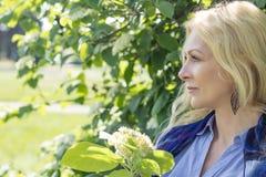 Vrij blond in het stadspark in de lente Royalty-vrije Stock Foto's
