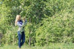 Vrij blond in het stadspark in de lente Stock Afbeeldingen