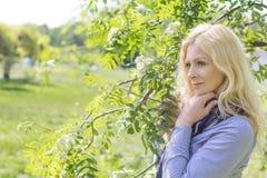 Vrij blond in het stadspark in de lente Stock Foto's