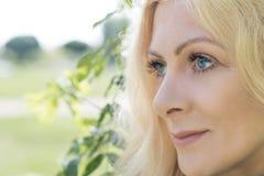 Vrij blond in het stadspark in de lente Royalty-vrije Stock Afbeelding