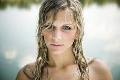 Vrij blond jong meisje die de camera bekijken met Stock Foto's