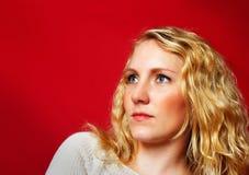 Vrij blond meisje op rood Royalty-vrije Stock Afbeeldingen