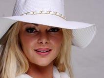 Vrij blond meisje in zwarte hoed Royalty-vrije Stock Foto's