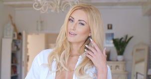 Vrij Blond Wijfje die haar Splijten tonen royalty-vrije stock foto