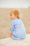 Vrij blonde meisjeszitting die het overzees overzien Stock Foto