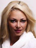 Vrij blonde vrouw die aan haar recht kijken Stock Foto