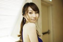 Vrij Chinees meisje met blauwe volledige kleding Royalty-vrije Stock Foto