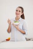 Vrij donkerbruin etend kom salade Stock Afbeeldingen