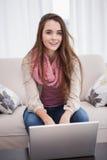 Vrij donkerbruin gebruikend laptop op de laag Stock Fotografie