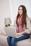 Vrij donkerbruin gebruikend laptop op de laag Royalty-vrije Stock Fotografie