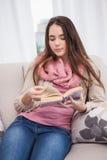 Vrij donkerbruin lezingsboek op laag Stock Fotografie