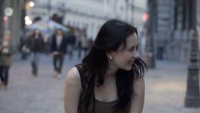 Vrij donkerbruin meisje die verschillende uitdrukkingen in stedelijk vierkant tonen stock videobeelden