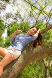 Vrij donkerbruin model in parkmilieu het stellen Stock Foto's