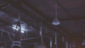 Vrij donkerbruine geschiktheidsvrouw bij de gymnastiek stock videobeelden