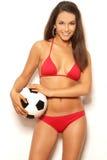 Vrij donkerbruine vrouw in de rode bal van de bikiniholding Stock Foto's