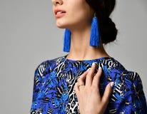 Vrij donkerbruine vrouw in formele blauwe kleding op grijs Stock Afbeelding