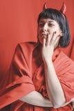 Vrij donkerbruine vrouw met de rode duivelshoornen Stock Fotografie