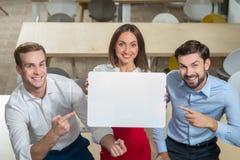 Vrij drie collega's tonen hun presentatie Royalty-vrije Stock Afbeeldingen