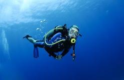 Vrij duiken in duidelijk blauw water stock foto's